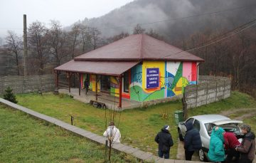 The Romanian LIFE Bison team welcome their Polish guests to the visitor centre in Armenis.
