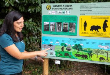 Angela Tavone explaining bear behaviour