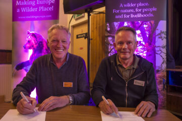 Frans Schepers and Steve Micklewright signing the Affric Highlands agreement